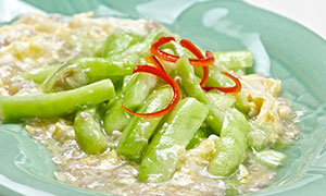 Stir-Fried Towel Gourd with Eggs