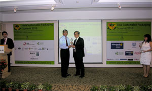 Mr Richard Hui receiving the Distinction and Platinum Awards